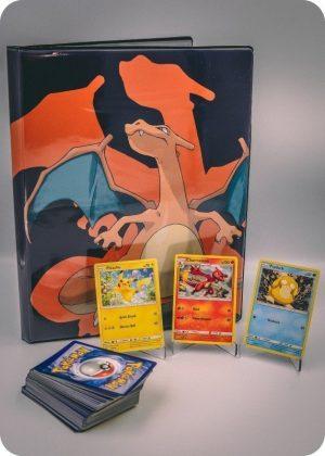 Pokemons lille pakkeløsning med Pokémonkort, en stor Pokémonmappe