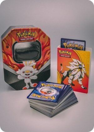 Pokemons lille pakkeløsning med Pokémonkort, mini mappe og tinbox