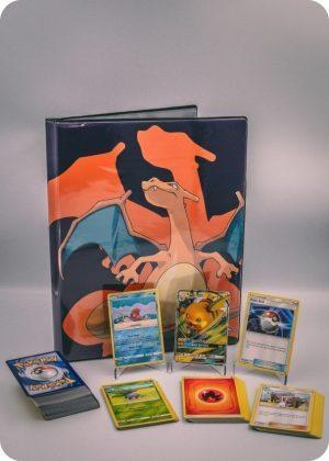 Pokemons mellem pakkeløsning med Pokémonkort, en stor Pokémonmappe