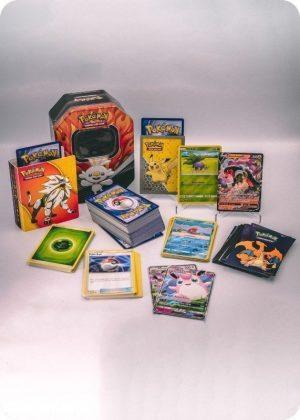 Pokemons store pakkeløsning med Pokémonkort, mini mappe og tinbox